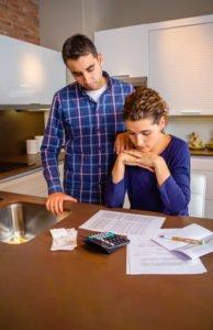 זוג מתכנן תקציב משפחתי ומשכנתא