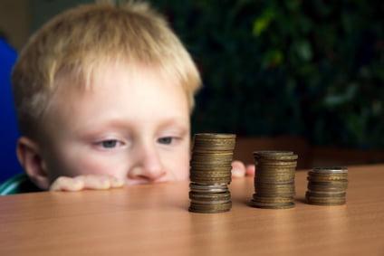 ילד מסתכל על הכסף שצומח לאט לאט